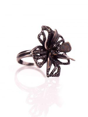 Anel de flor feito em prata com espinélios