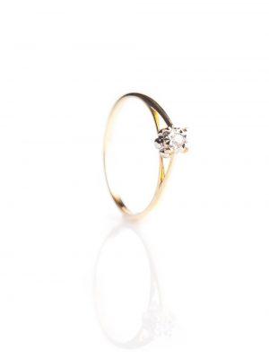 Anel solitário, confeccionado em ouro amarelo e branco 18k com 3 pontos de diamantes