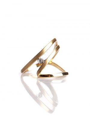 Anel vazado, confeccionado em ouro amarelo fosco 18k com 1 ponto de diamante