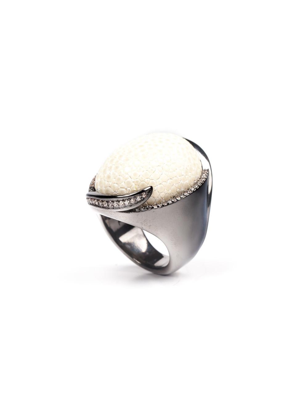 Anel em prata om ródio negro com zircônias e goulash branco