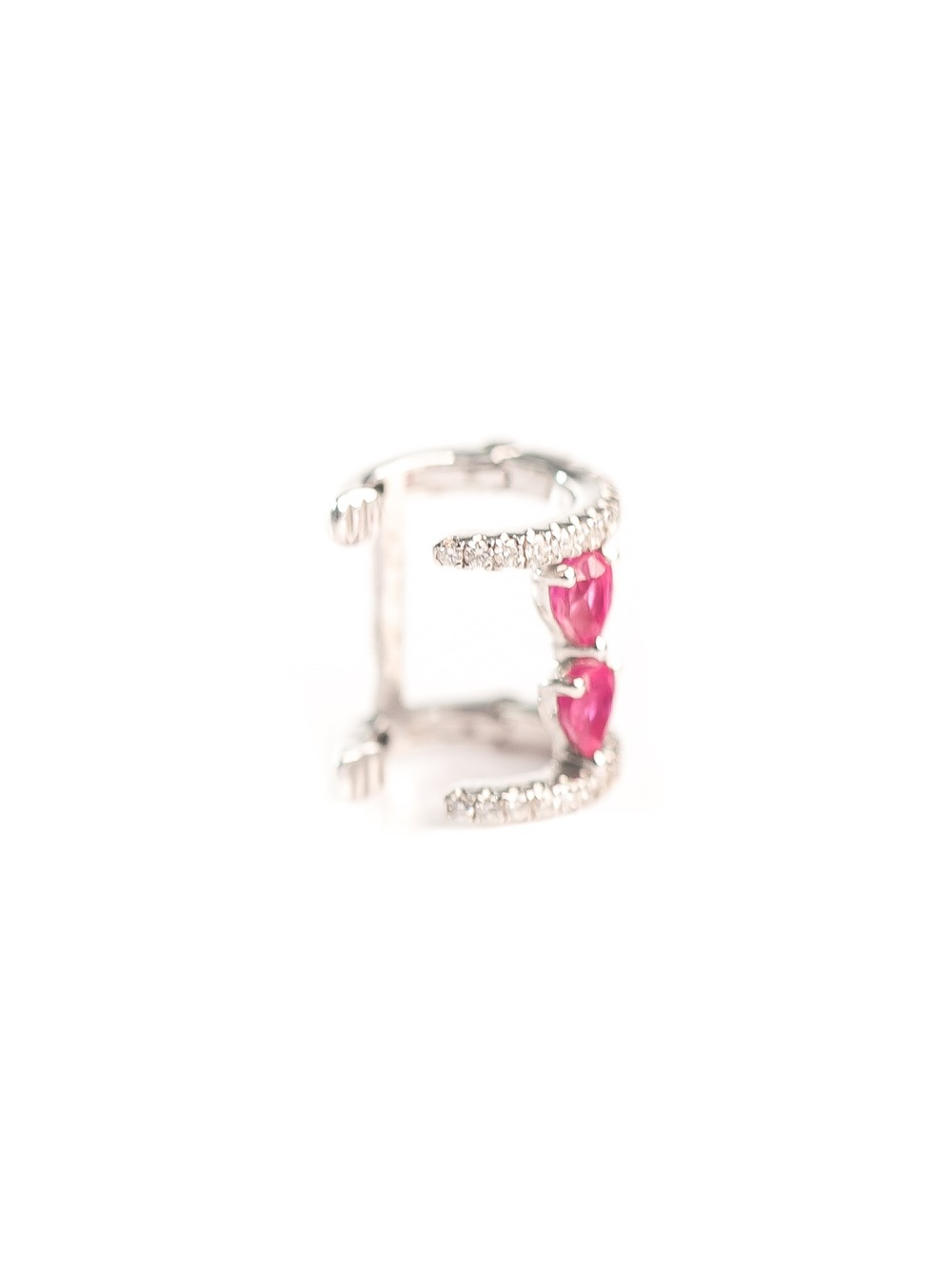 Piercing de orelha em ouro branco 18k com 15 pontos de diamantes e rubi